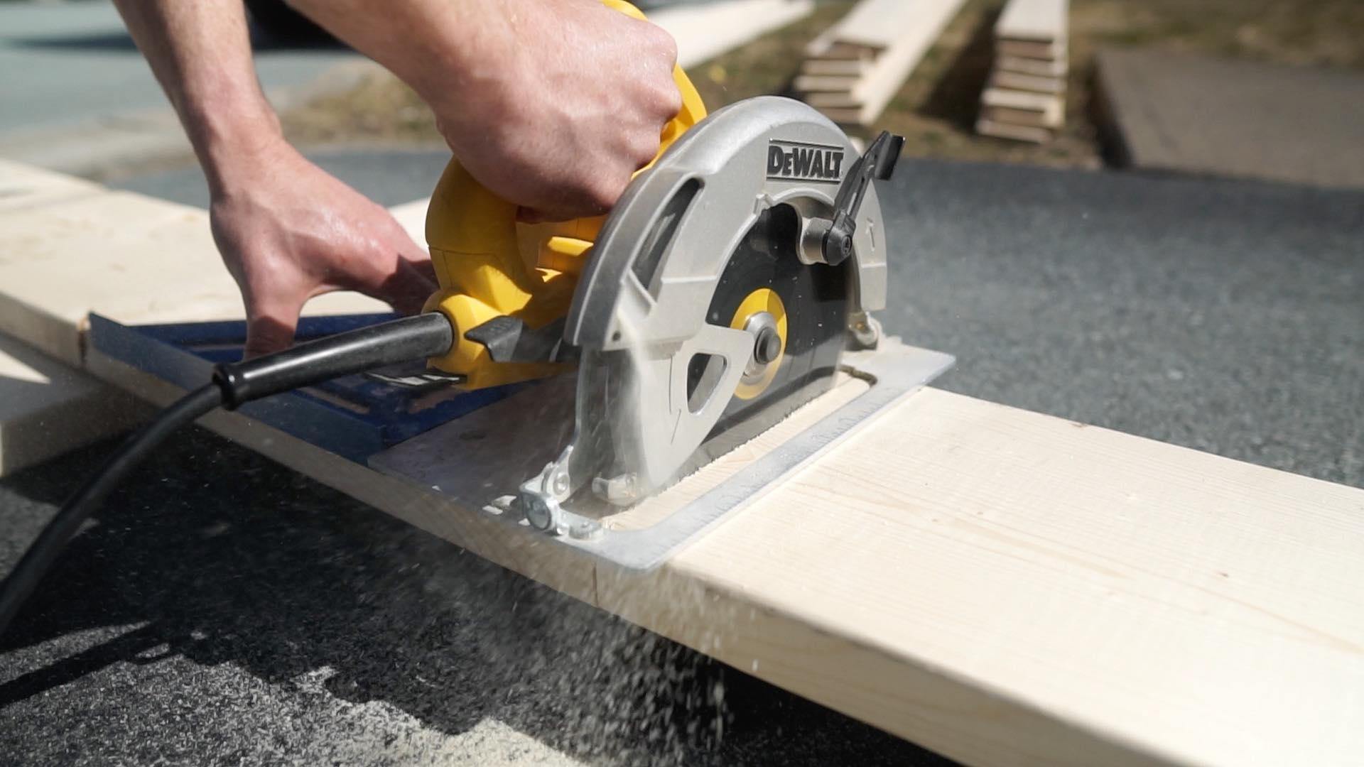 dewalt circular saw cutting wood