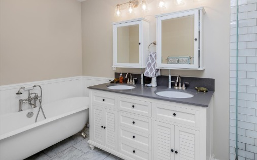 white double vanity with bathtub